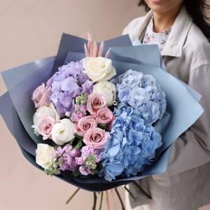 Букет голубая гортензия с розами в оформлении R1702