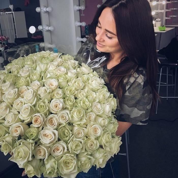 Букет 101 белая роза с лентами R154