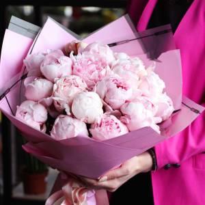 Букет 17 розовых пионов с нежным оформлением R1097
