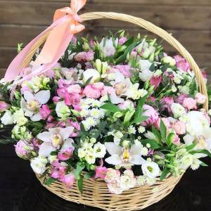 Большая сборная корзина с орхидеями, розами и эустомой R1114
