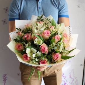 Букет из розовых роз и альстромерия с оформлением R1112