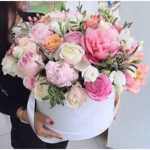 Сборные нежные розовые цветы в коробке R238