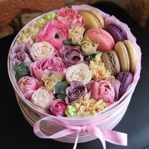 Коробка с цветами и макаронсами R379
