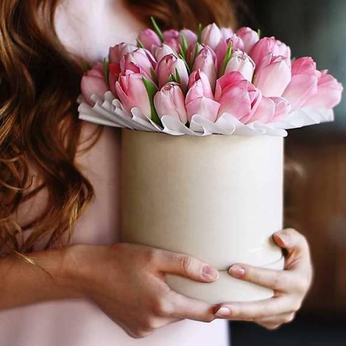 19 розовых тюльпанов в коробке с лентами R415