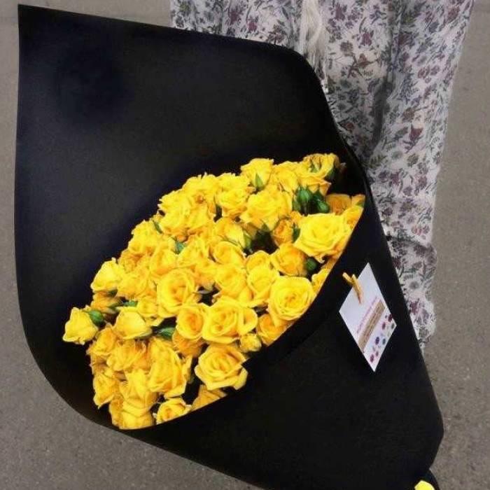 9 веток кустовой желтой розы в крафте R007